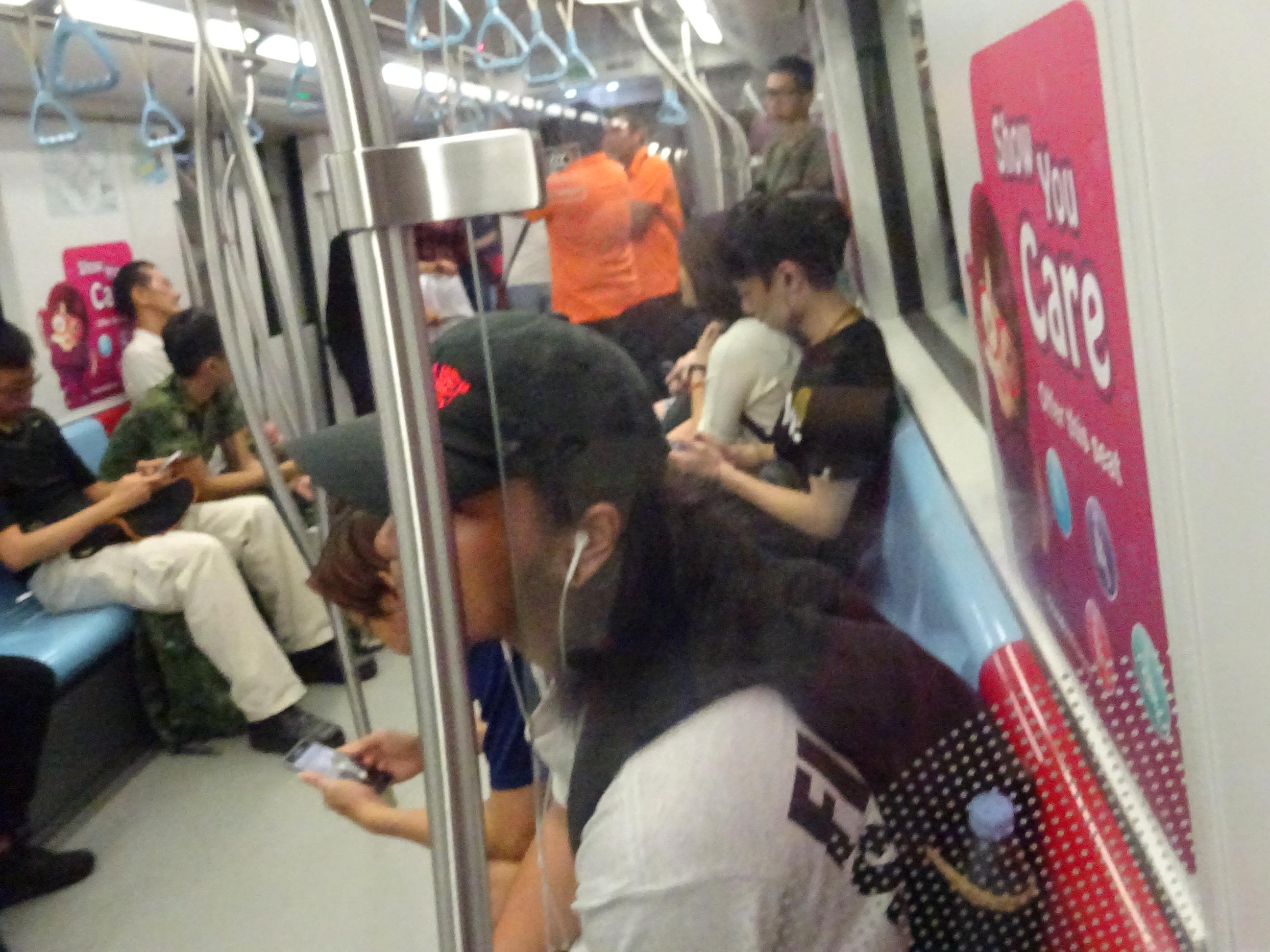 シンガポールの地下鉄の中の様子