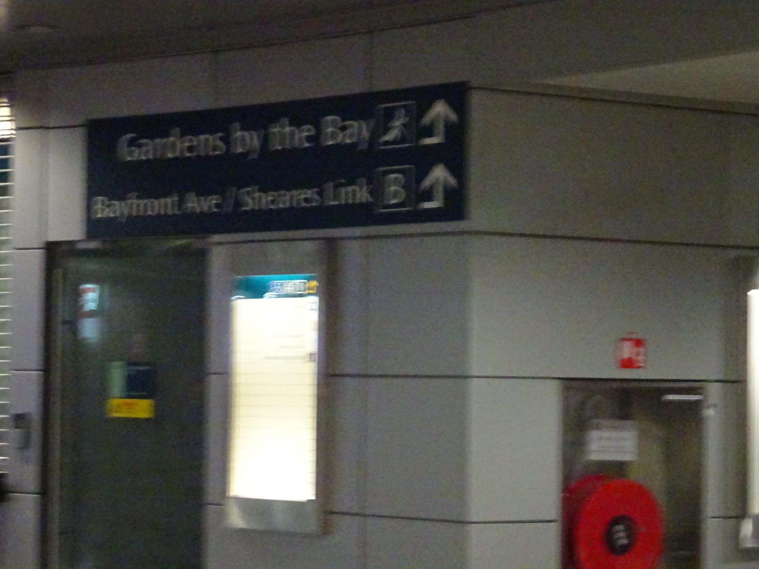 シンガポールの地下鉄「ベイフロント」駅のガーデンズバイザベイへの案内表示