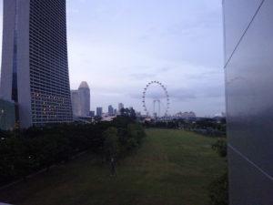 地下鉄ベイフロント駅から遠くに見えるシンガポールフライヤー