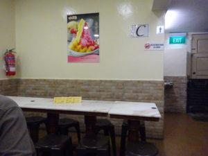 シンガポールの名物スイーツ店「味香園甜品(Mei Heong Yuen Dessert)」の予約席のテーブル