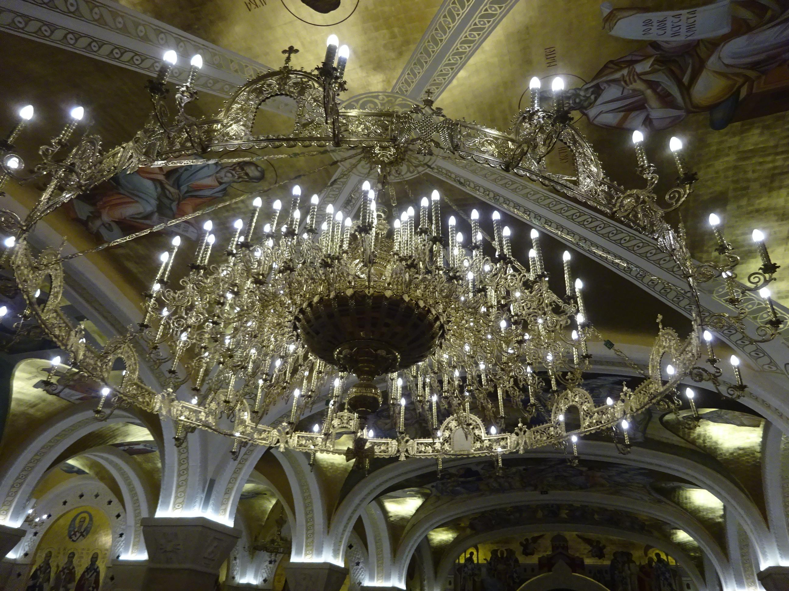 「聖サヴァ大聖堂」のシャンデリアはハンパない!さすがベオグラードの観光ではかかせないスポット☆