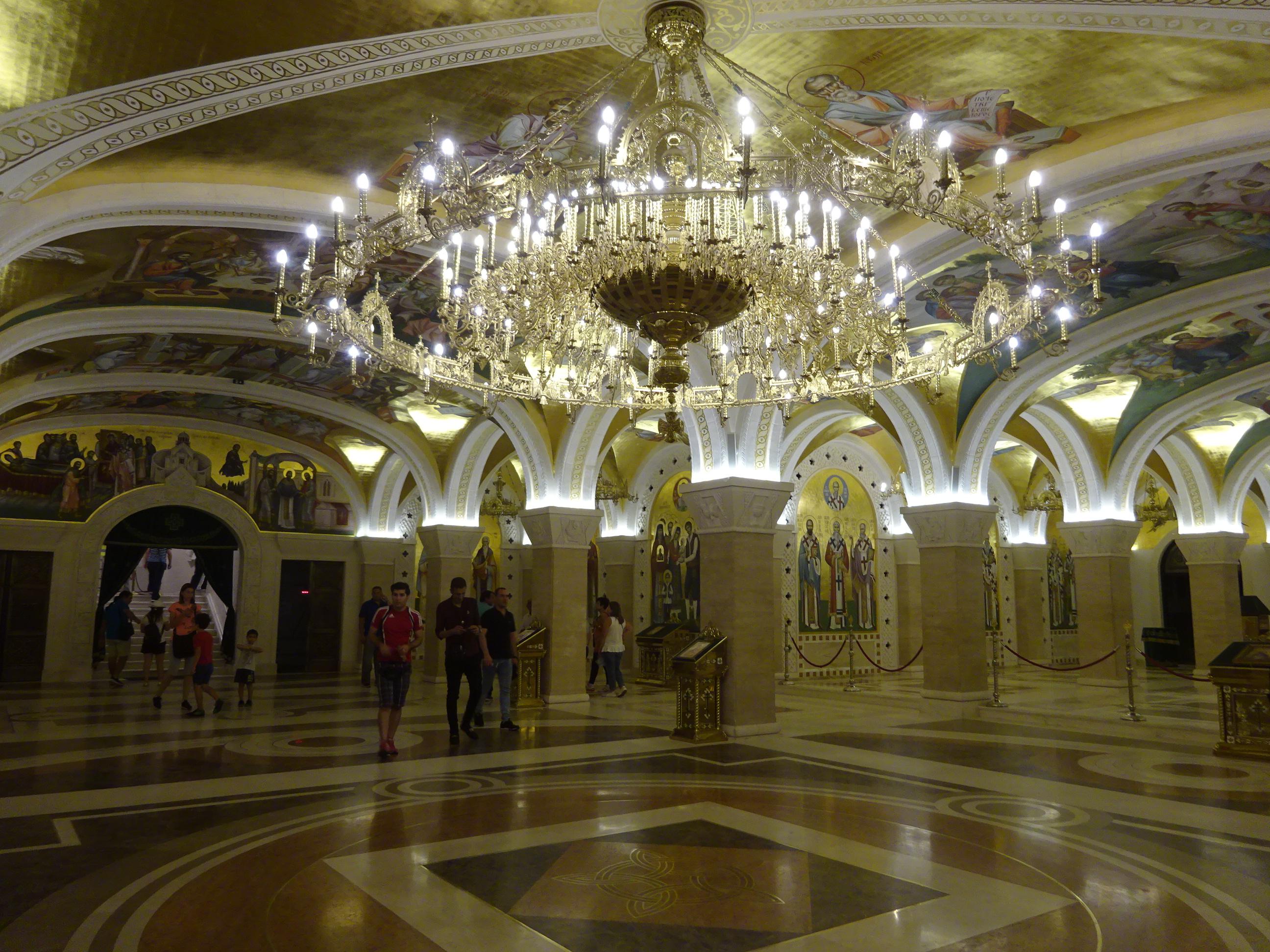 「聖サヴァ大聖堂」のシャンデリアは豪華すぎ☆さすがベオグラードの観光イチオシスポット♪