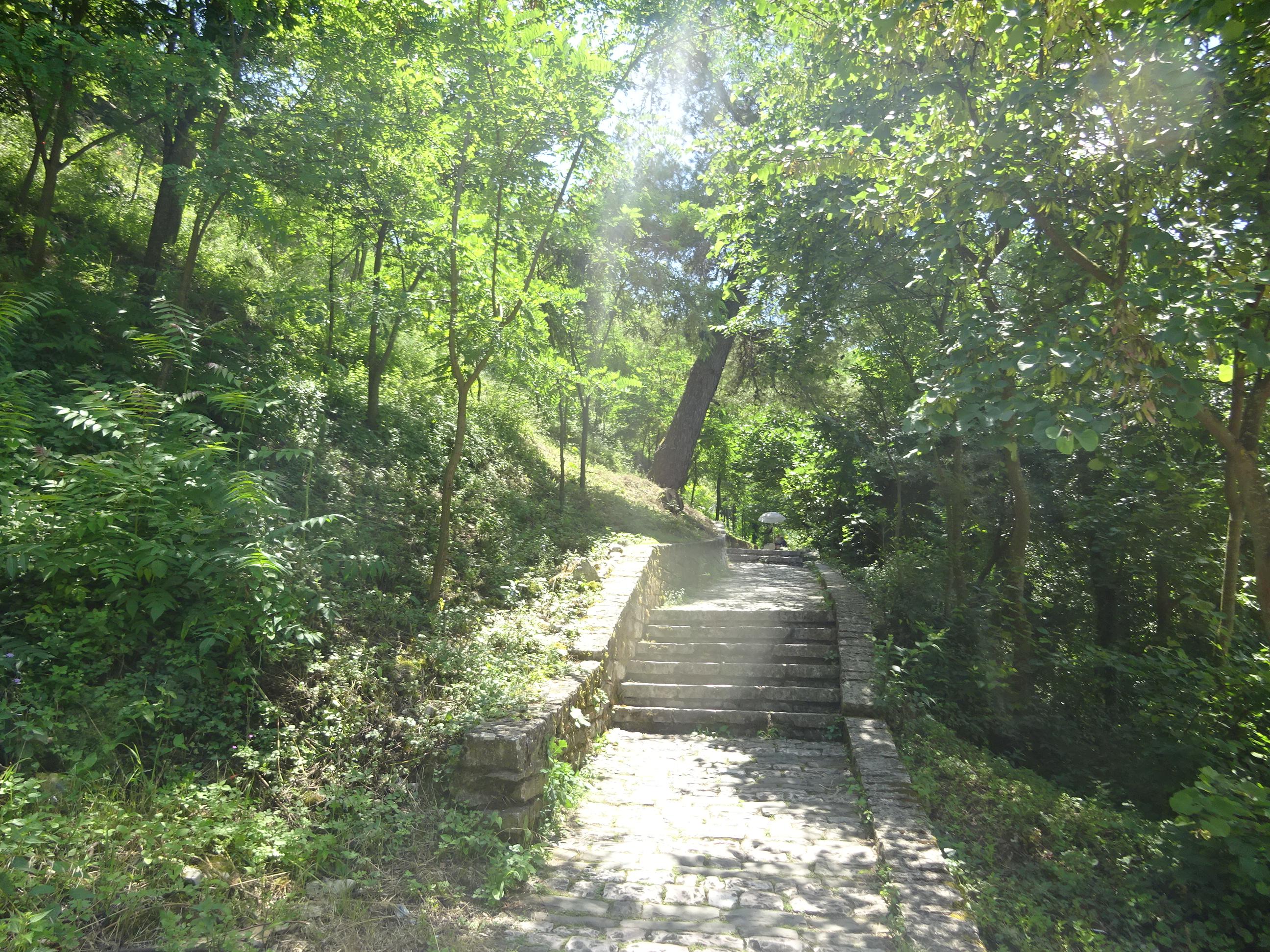 ジロカストラ城に行くまでのけわしい上り坂