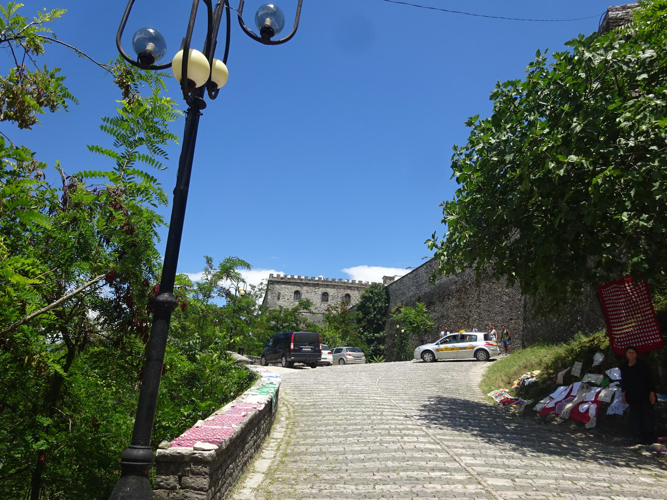 もうすぐジロカストラ城という手前の坂道