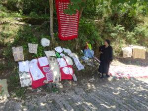 ジロカストラ城の手前で刺繍されたキレイな布を売る人たち