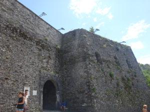 ジロカストラ城の雰囲気ある入り口付近
