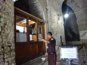 ジロカストラ城の入場料金を支払うチケットブース