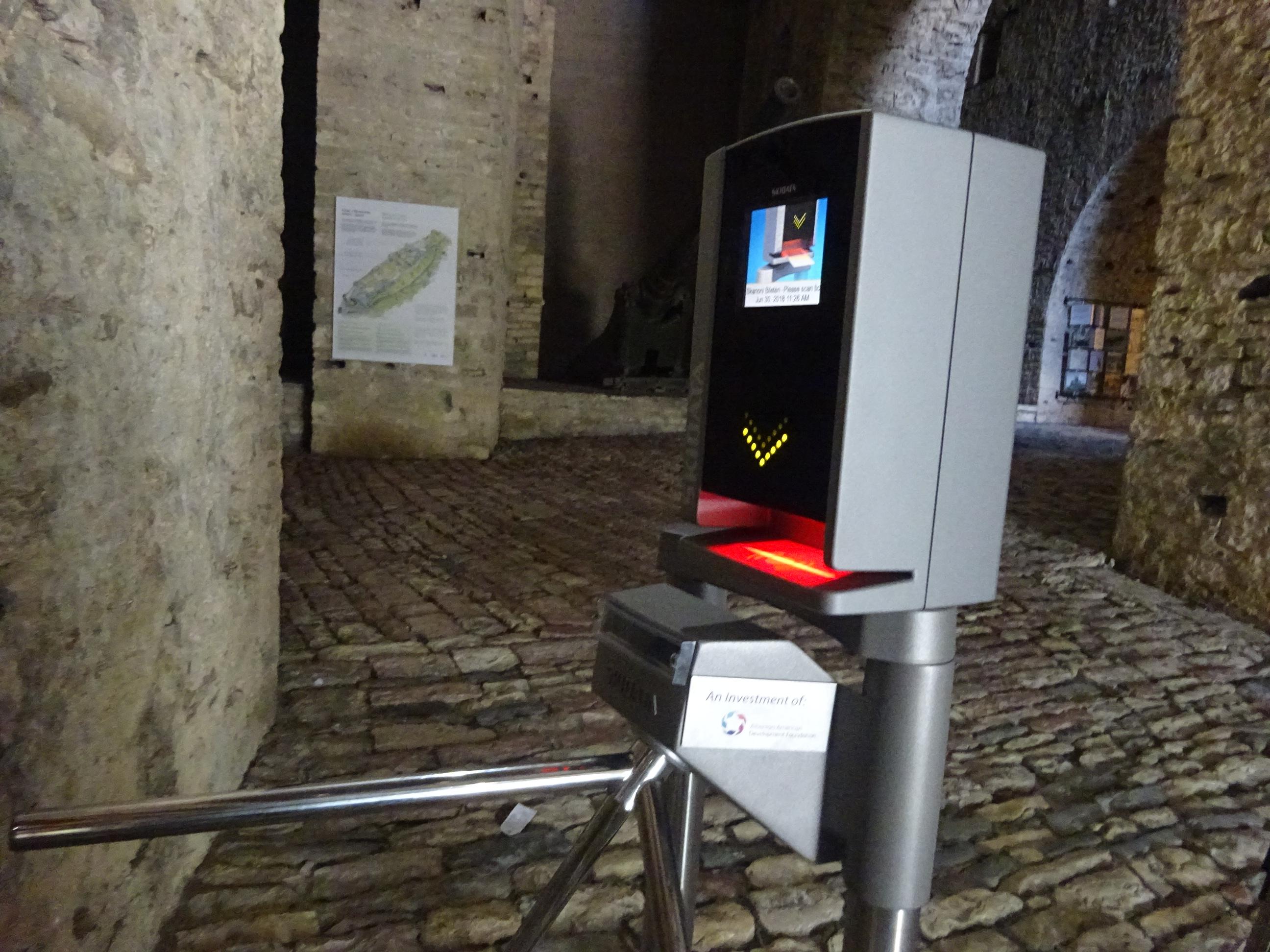 ジロカストラ城の入り口にあるハイテクな入場ゲート