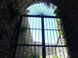 ジロカストラ城の中でチェリーを食べてひと休み