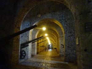 ジロカストラ城に入ると石で作られてるからヒンヤリ涼しい