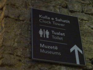 ジロカストラ城の中のトイレの場所をさす看板