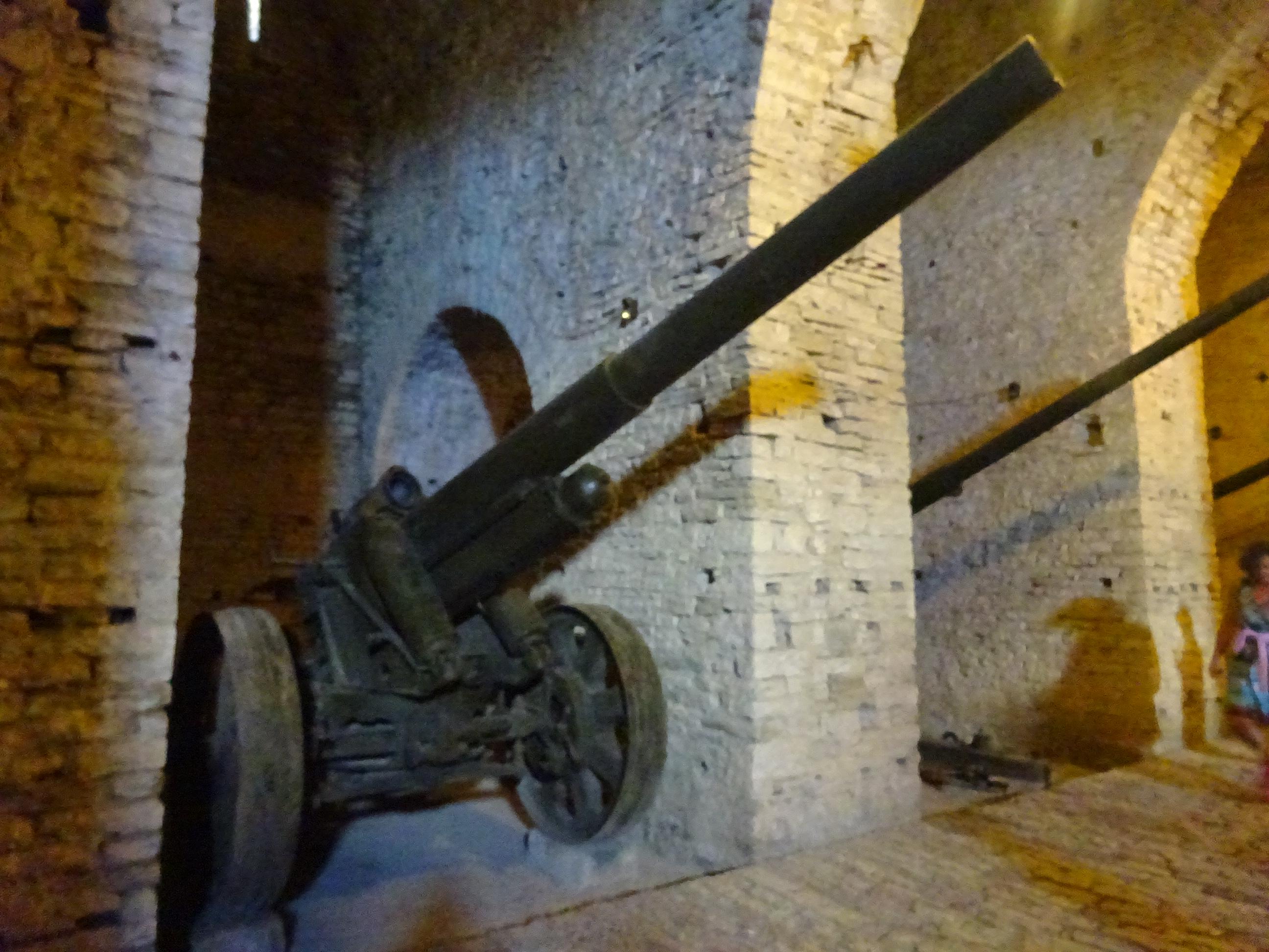 ジロカストラ城の中にある軍事展示物