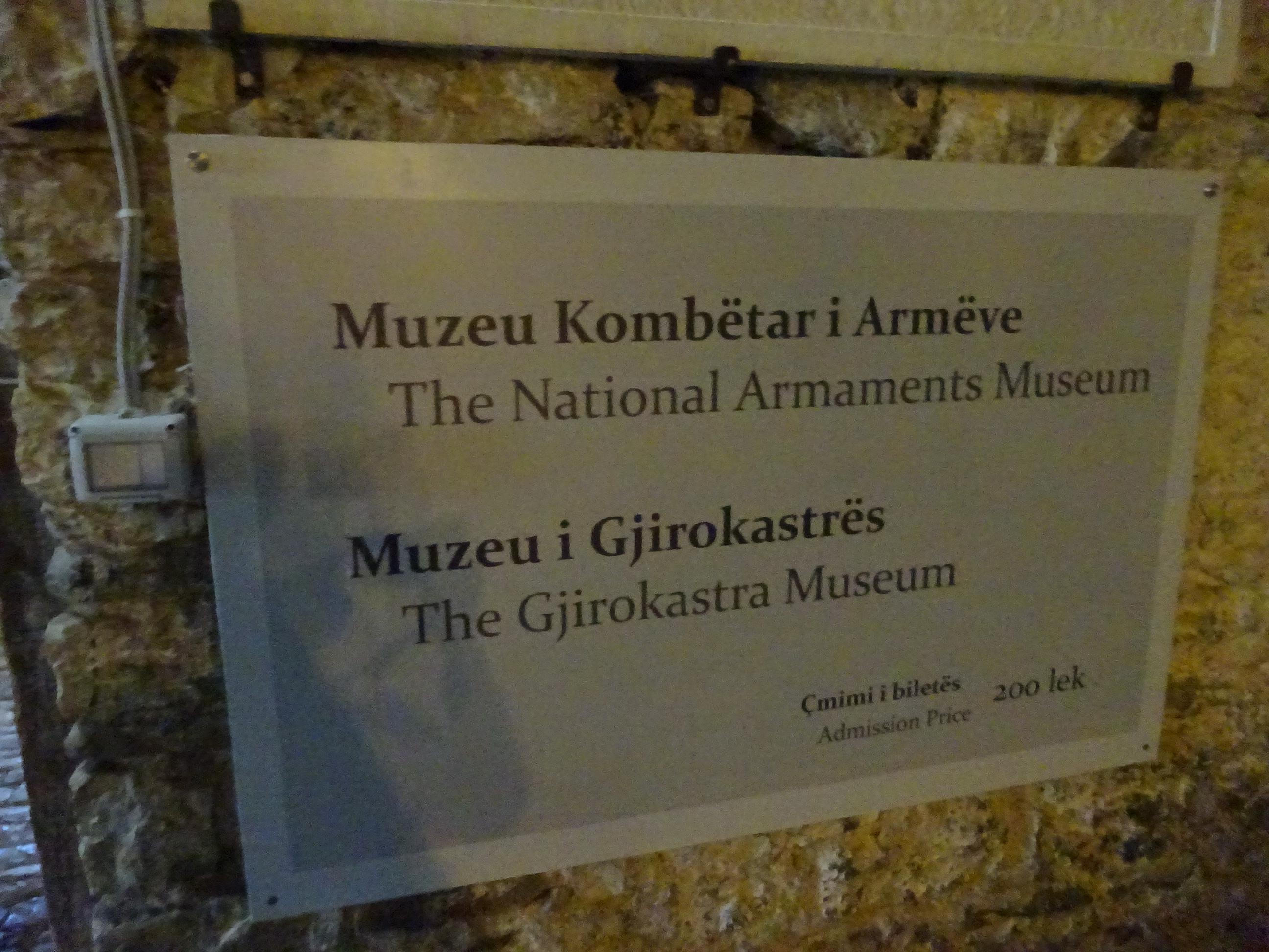 ジロカストラ城の中にある博物館の看板
