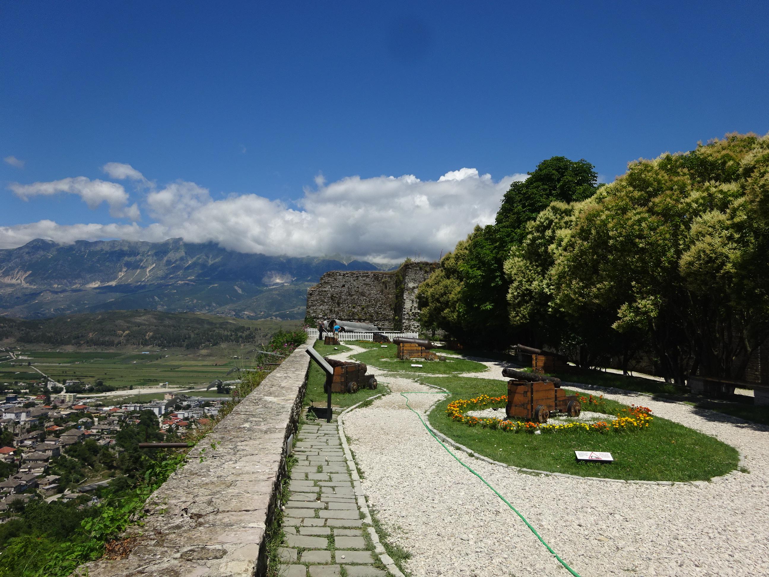アルバニアの観光では欠かせないジロカストラ城
