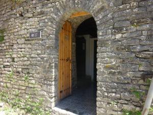 ジロカストラ城の中にあるトイレ入り口