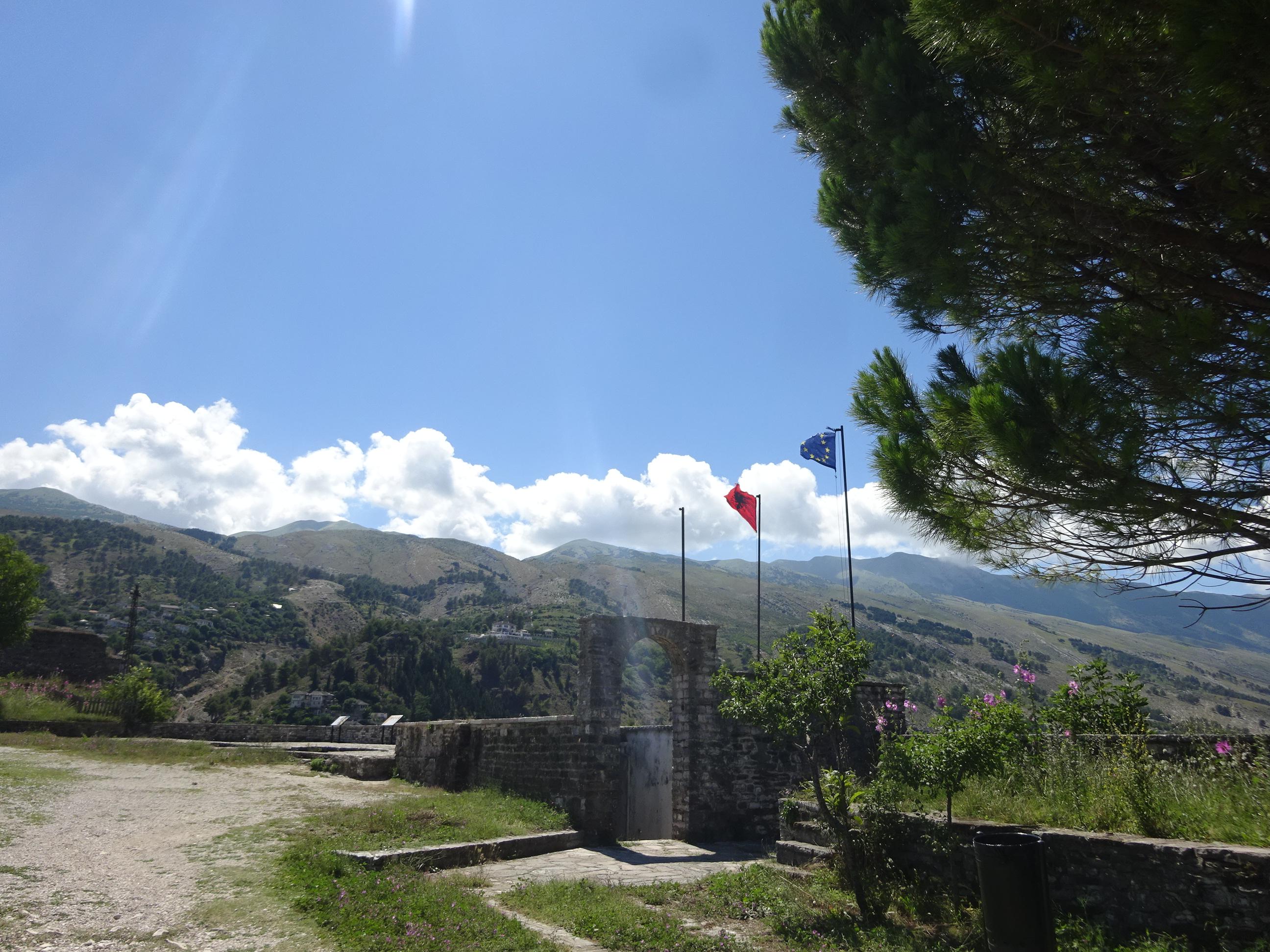 アルバニアの観光「ジロカストラ城」は太陽の光が降り注ぐ