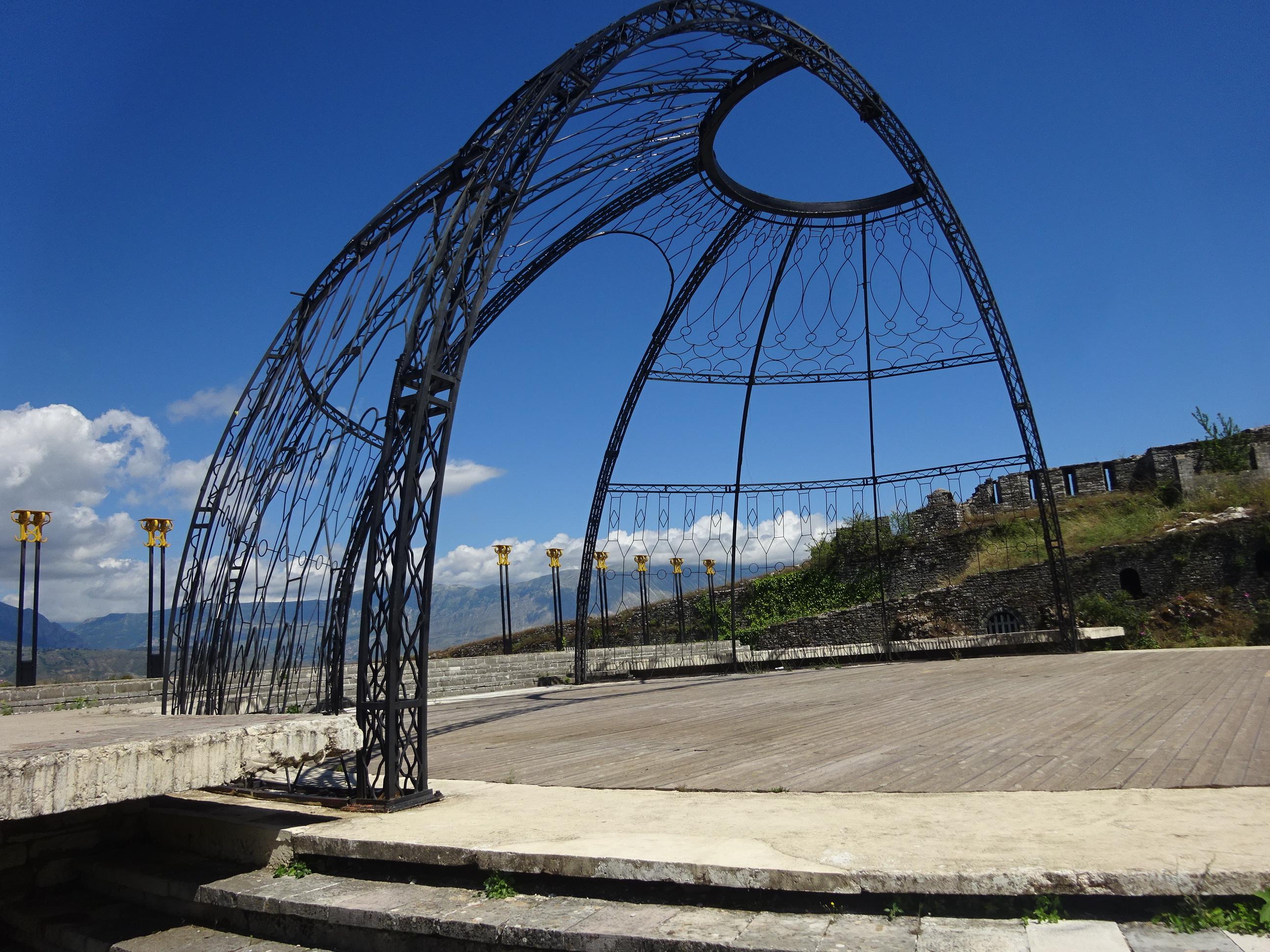 アルバニアの観光【ジロカストラ城の円形ステージ】