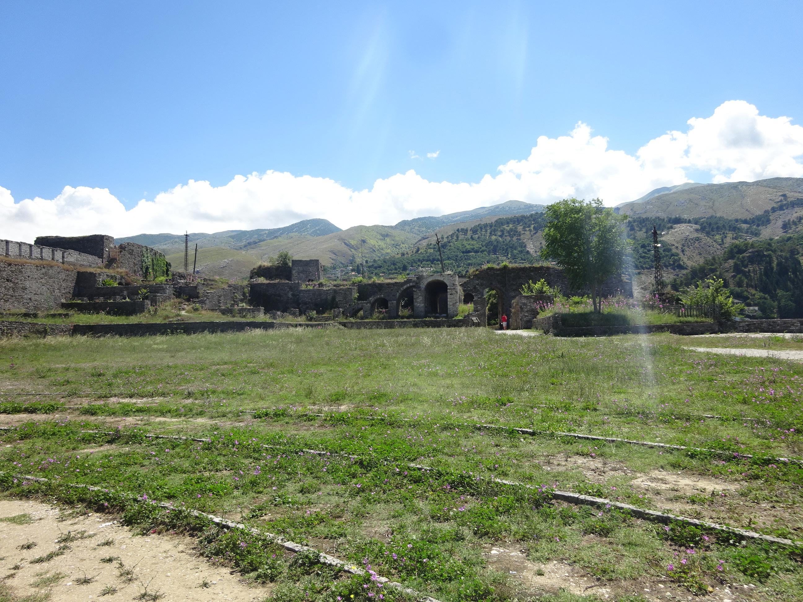 アルバニアの観光【ジロカストラ城では陽の光降り注ぎすぎ☆】