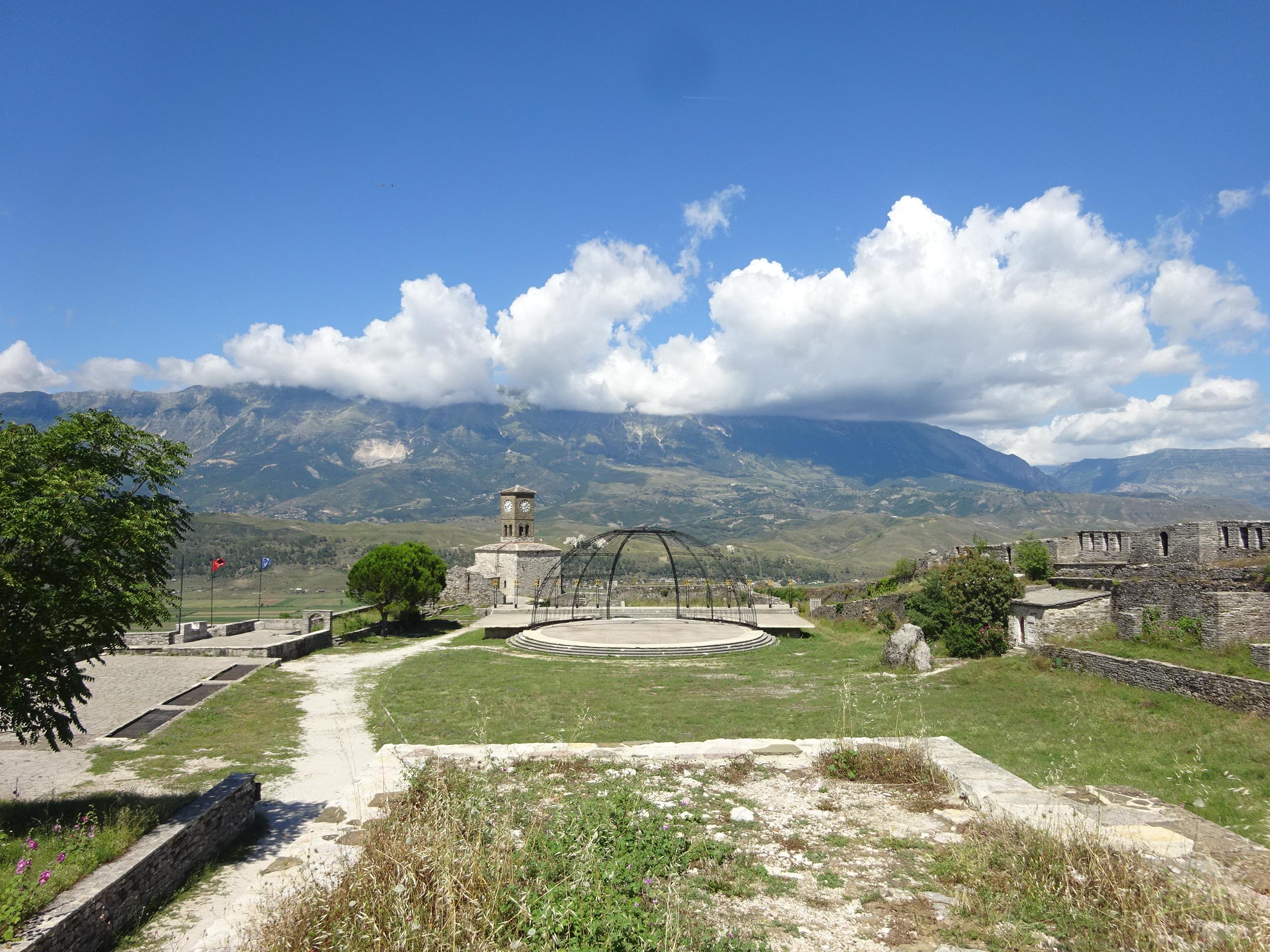 息を飲むほど美しいアルバニアのジロカストラ城からの絶景