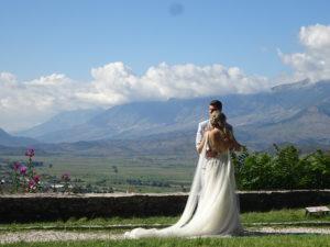 美しい花嫁と花婿が絵になるジロカストラ城