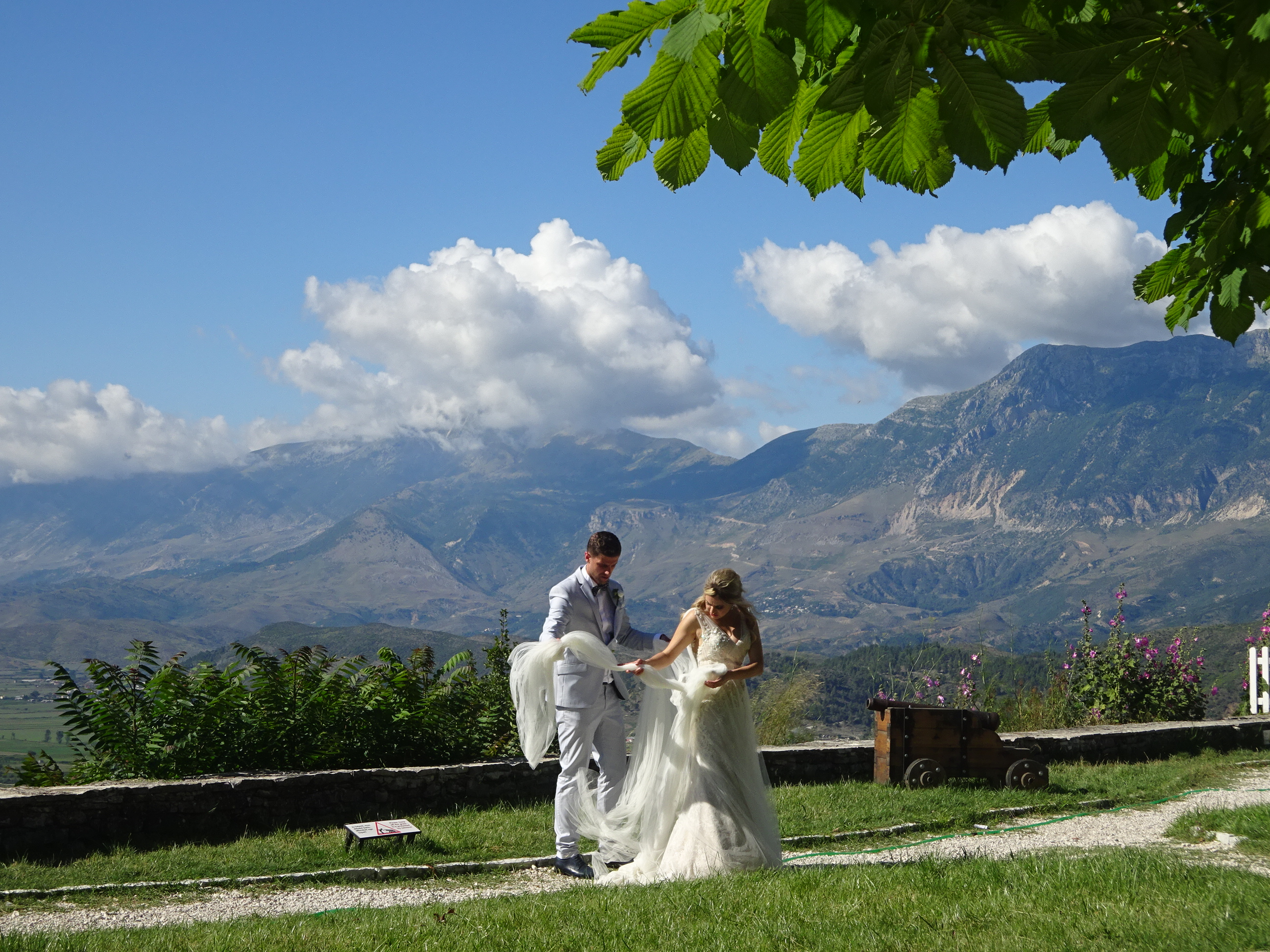 アルバニアの観光【ジロカストラ城にいた花嫁と花婿】