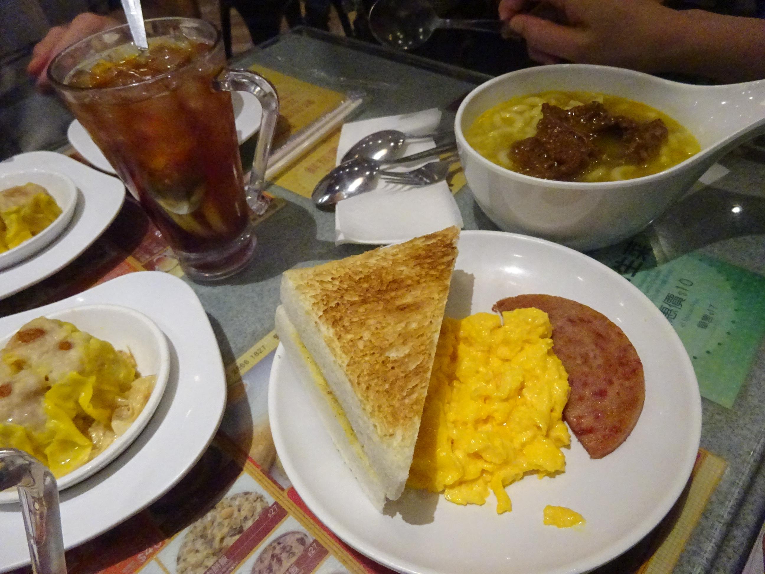 香港おすすめレストランのトーストセットメニューとシュウマイ