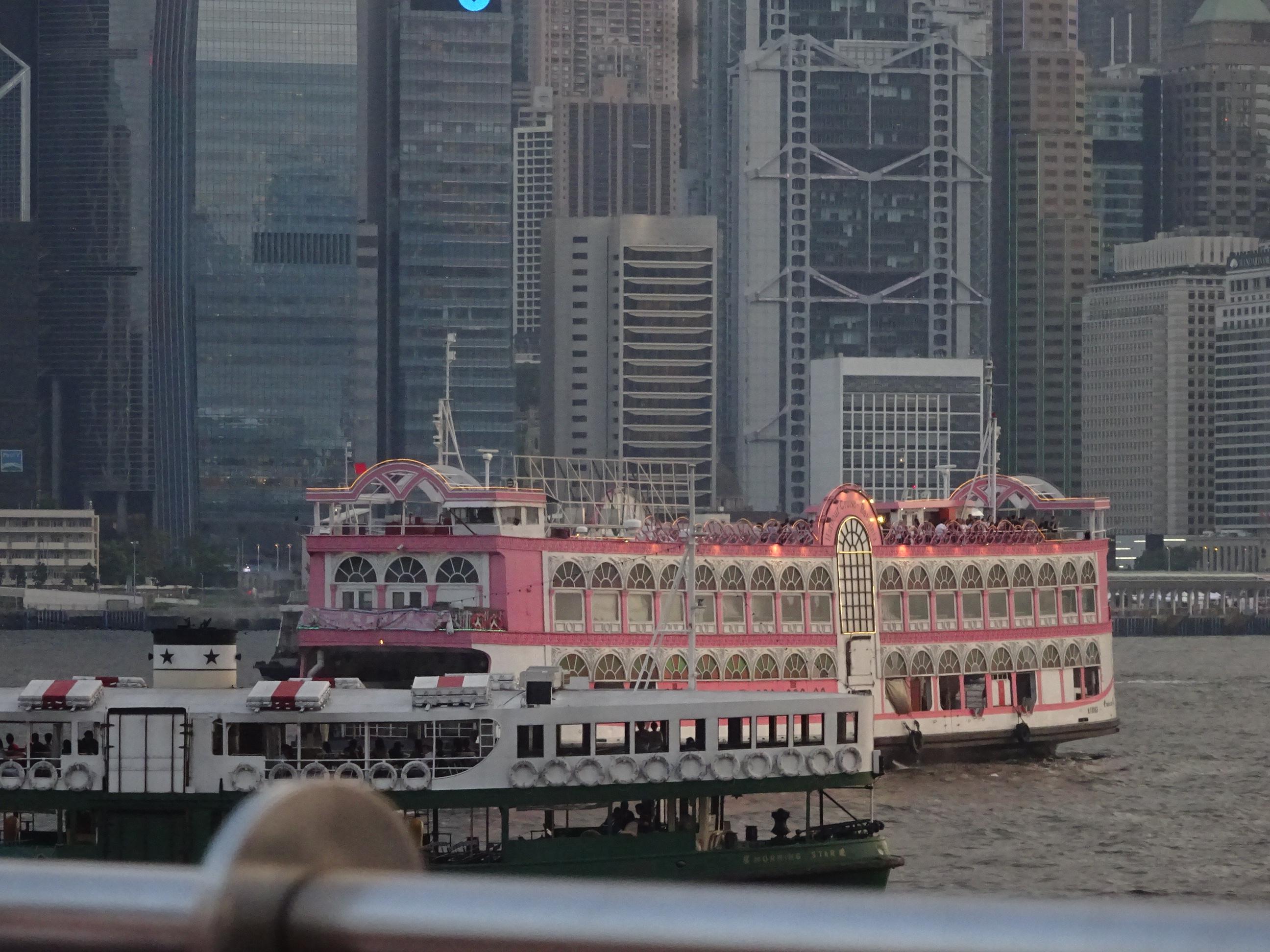 香港観光ビクトリアハーバーから見えた船