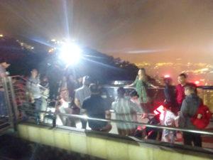 ビクトリアピークにあるスカイテラス428で夜景と記念撮影
