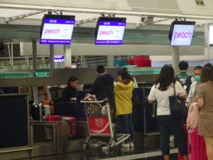 香港国際空港のピーチのチェックインカウンター