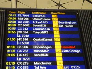 香港国際空港のピーチの飛行機のゲートをチェック