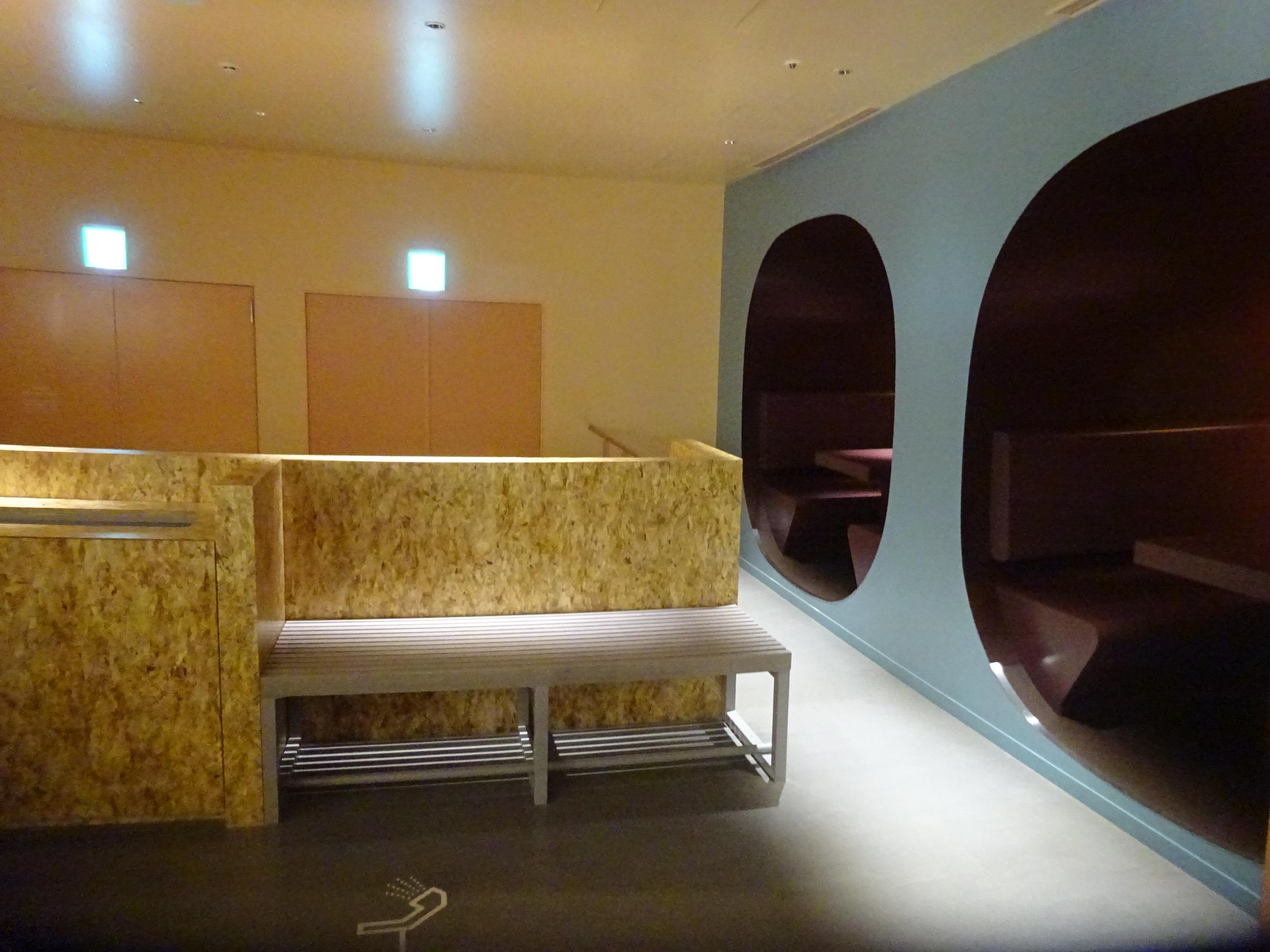 難波で宿泊したカプセルホテルの中の様子